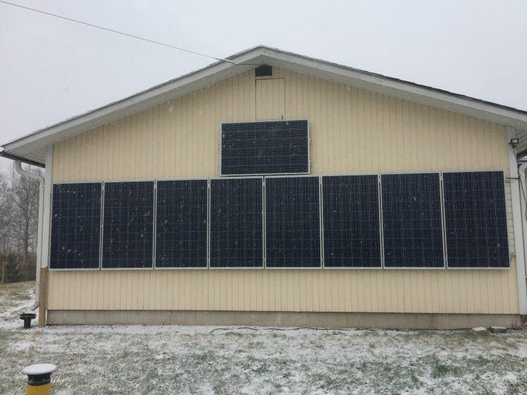 Aurinkopaneelit seinällä